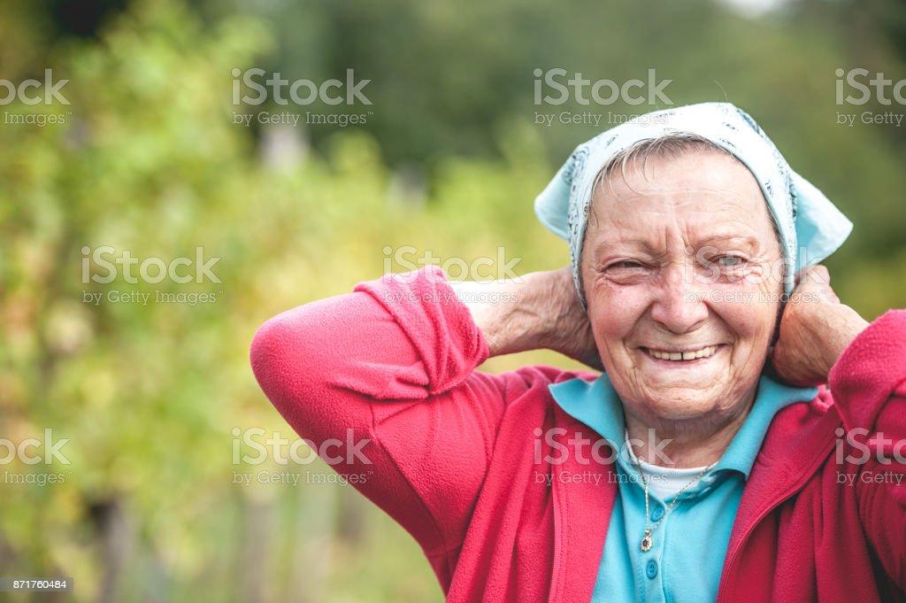 Retrato de mulher adulta sênior em vinhedo - foto de acervo