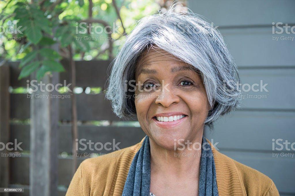 Portrait de senior femme afro-américaine souriant - Photo