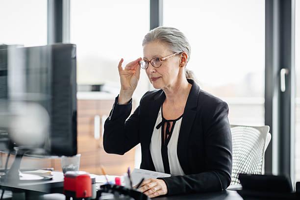 ritratto di donna d'affari senior - pensionati lavoratori foto e immagini stock