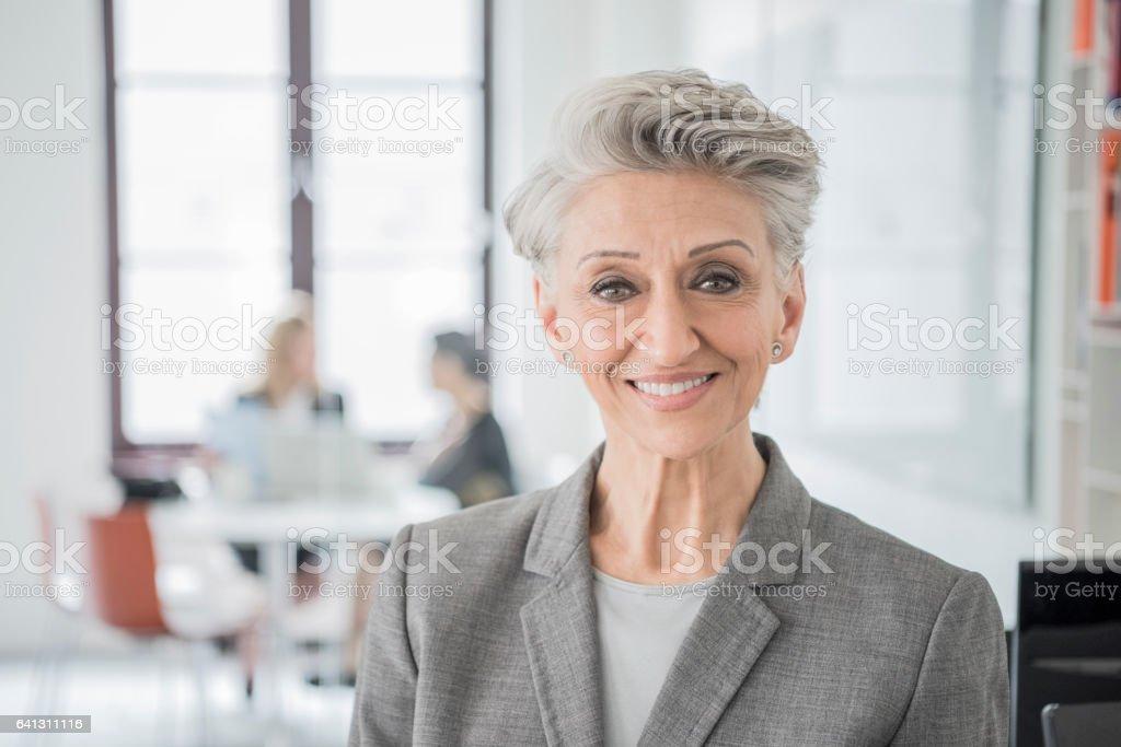 Porträt von senior Geschäftsfrau mit grauen Haaren – Foto