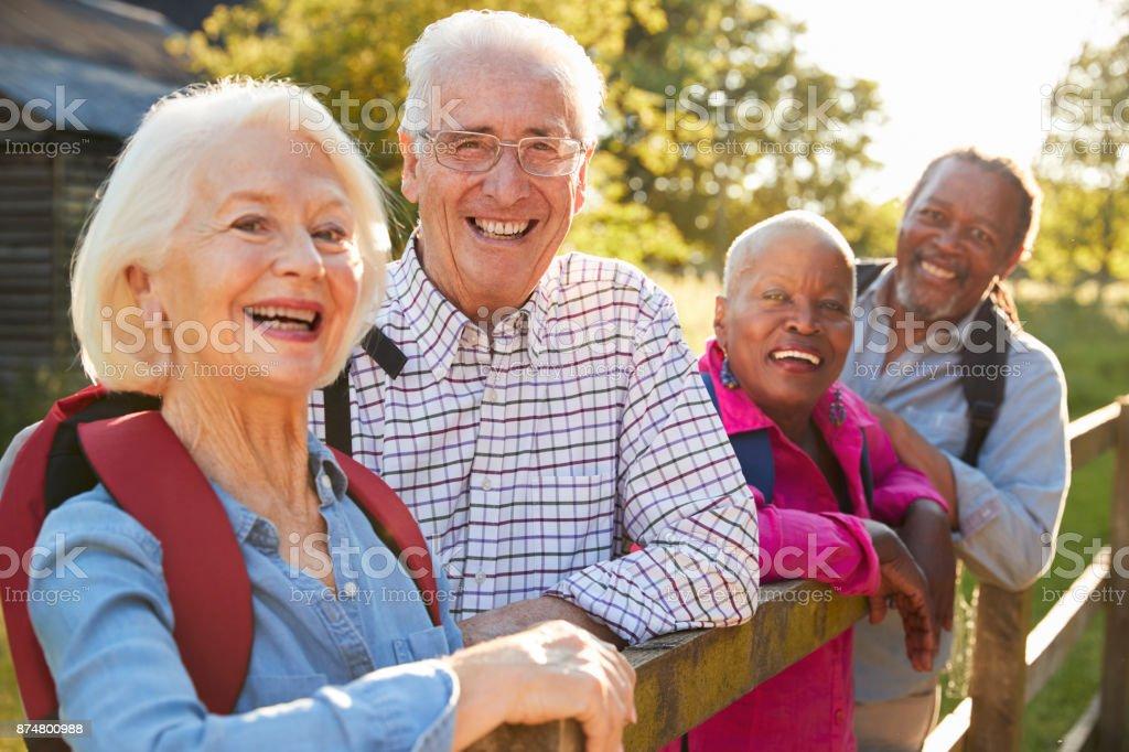 Porträt von Senioren Freunde Wandern In Natur – Foto