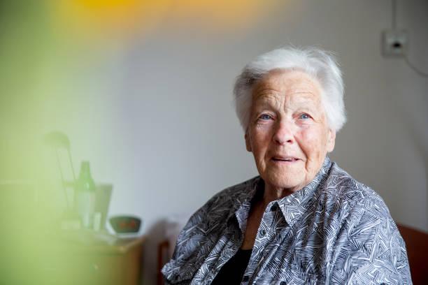 retrato de dama senior - mujeres mayores fotografías e imágenes de stock