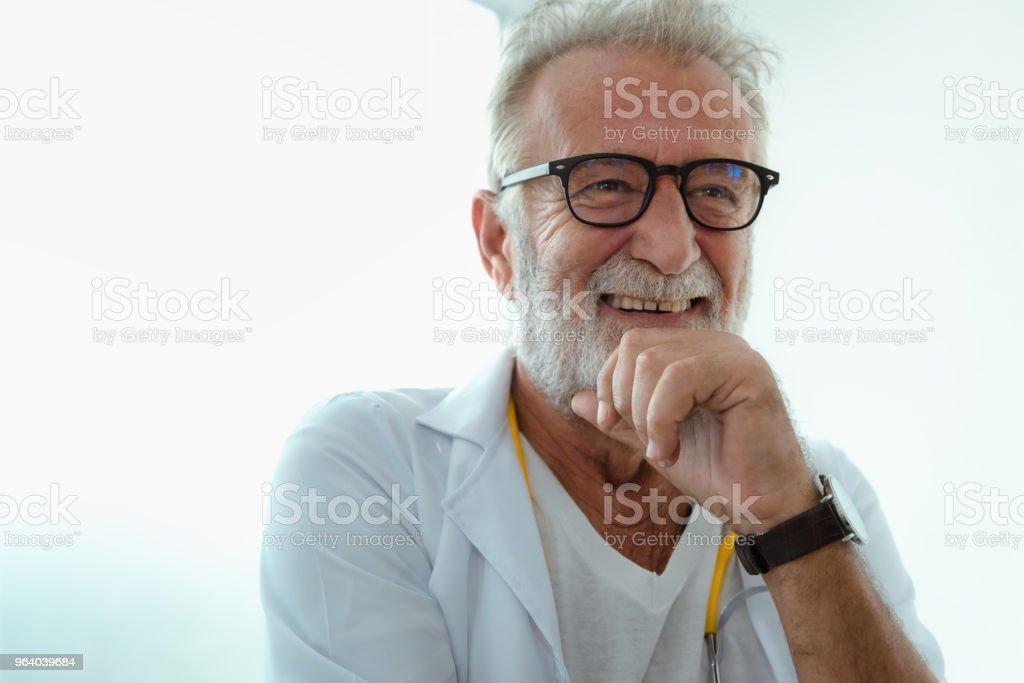 先輩笑い医師の肖像画 - よそいきの服のロイヤリティフリーストックフォト