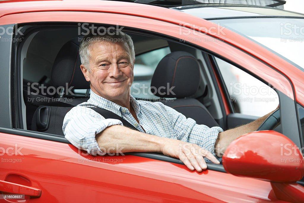 Porträt von Senior Mann mit dem Auto – Foto