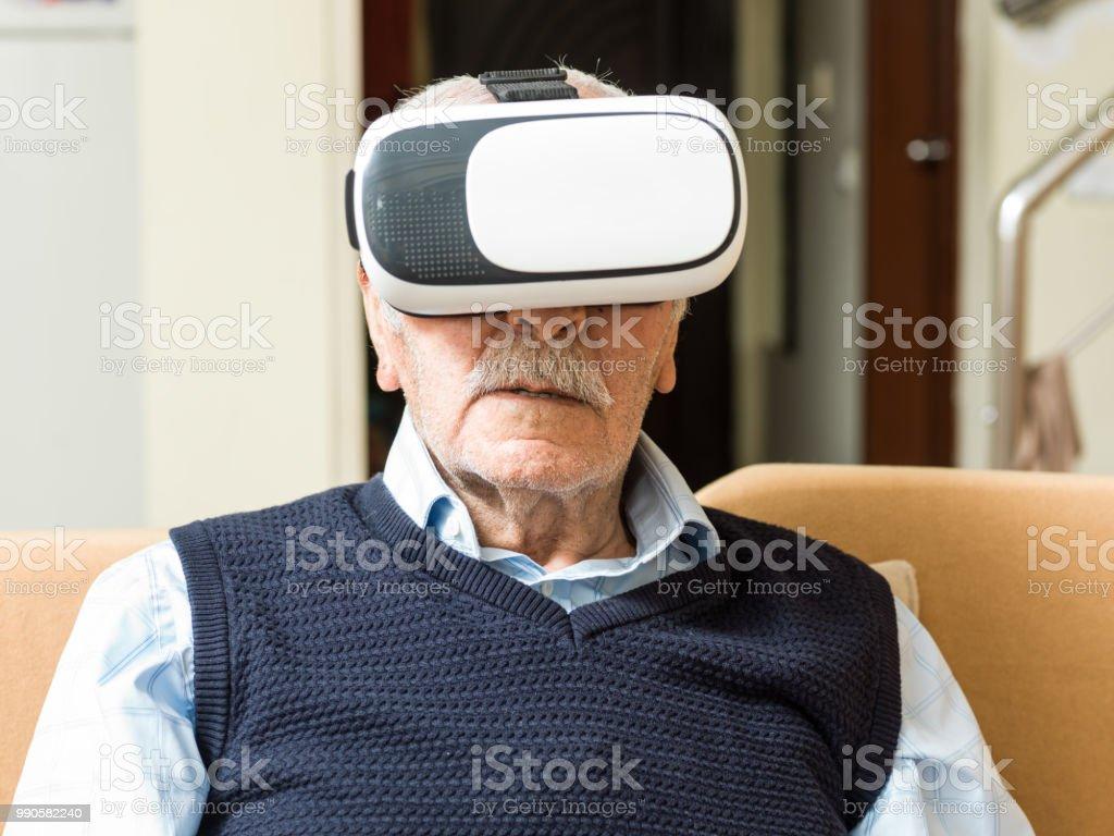 シニア肖像画男 VR のヘッドセットを使用 ストックフォト