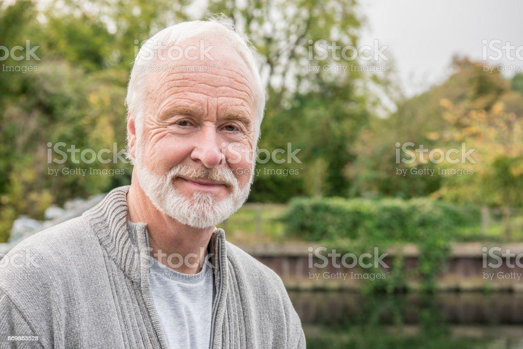 Porträt der ältere Mann mit weißem Haar und Bart zu Lächeln – Foto