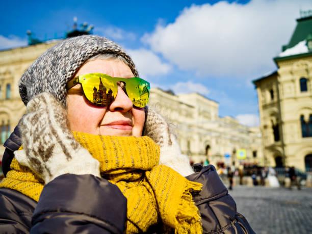 Portrait de femme senior sur la place rouge à Moscou, profitant de la vue - Photo