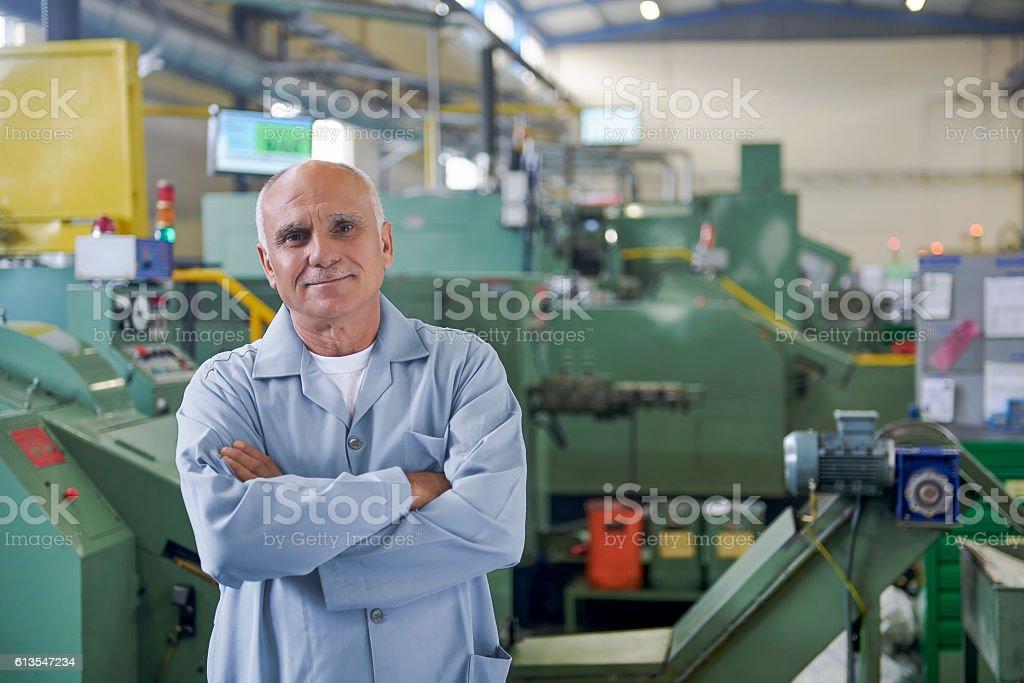 Retrato de un trabajador Senior en fábrica - foto de stock