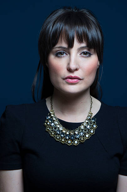 Retrato de graves brunette uso de collar - foto de stock