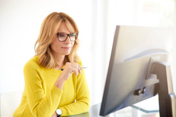 Porträt von Ernst Geschäftsfrau mit Computer im Büro – Foto