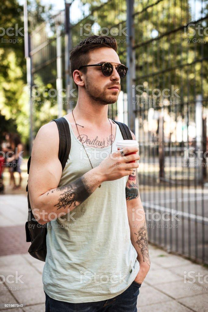 Retrato de chico serio hipster con tatuajes en la ropa de estilo urbano  moderno foto de 036b46536d5