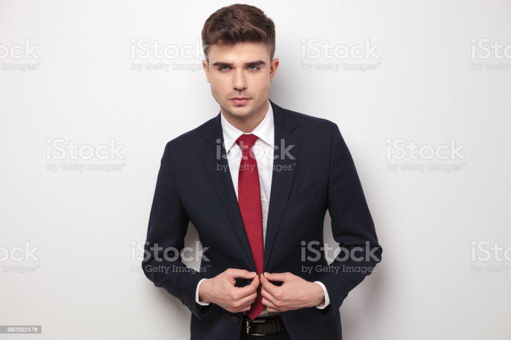 01c68995d905a Portrait d'homme d'affaires sexy boutonner son veston photo libre de droits