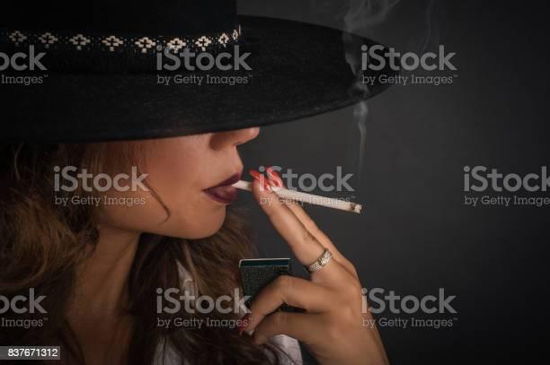 Sexy Frauen rauchen Zigaretten