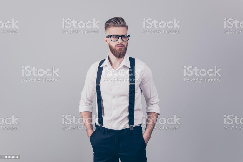 Portrait de sexy superbe beau attrayant cool luxueux stricte dure rêveur damée sharp habillé ciblé concentré gars blond élégant, garder les mains dans les poches isolées sur fond gris - Photo