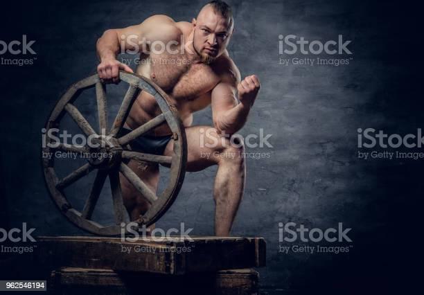 Foto de Retrato De Homem Escravo De Fisiculturista Muscular Sem Camisa e mais fotos de stock de Abdome