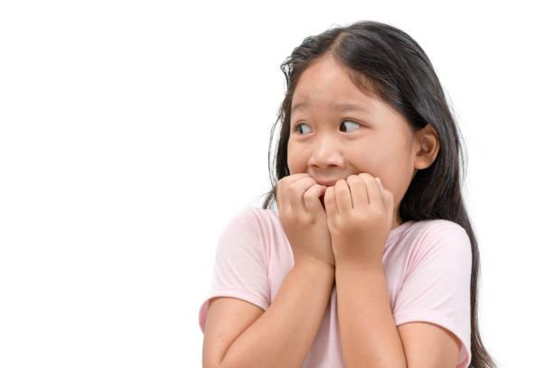 충격 또는 무서운 아이 소녀의 초상화 고립 - 무서움 뉴스 사진 이미지