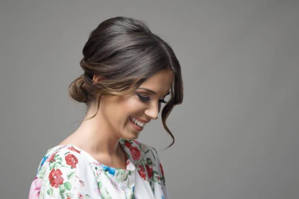 i̇fade seyir ürkek gülümseyen güzel kadın portresi - kabarık saç stok fotoğraflar ve resimler