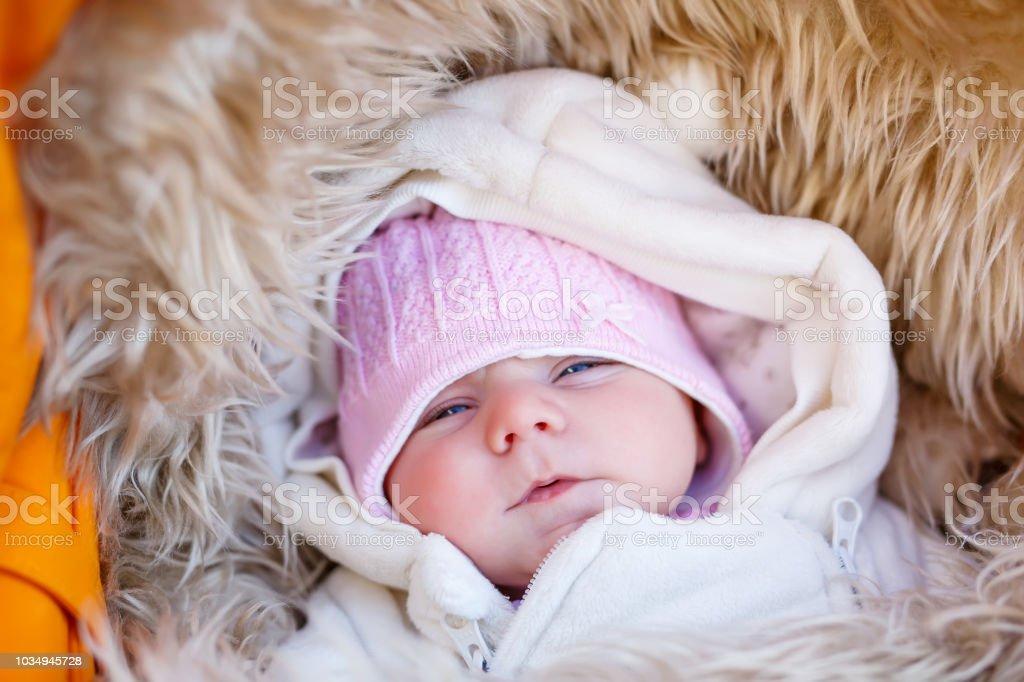 new style f6a82 2d6db Porträt Des Schlafenden Neugeborenen Baby In Warme ...