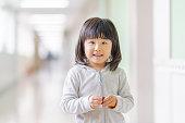 廊下の小学生の女の子の肖像画