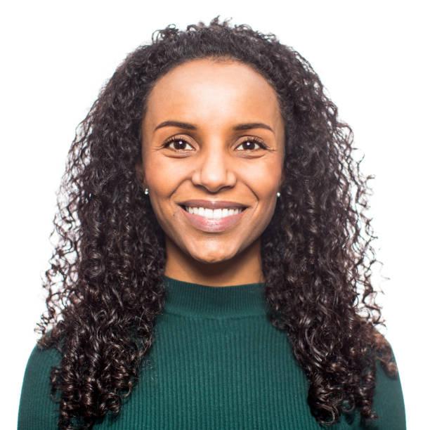 porträt einer lächelnden afrikanischen frau auf weißem hintergrund - 35 39 jahre stock-fotos und bilder