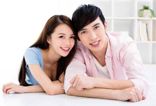 Retrato de sonriente pareja joven asiática - foto de stock