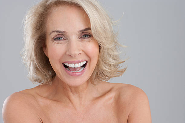 裸のポートレート chested 微笑む女性 - 肩 ストックフォトと画像