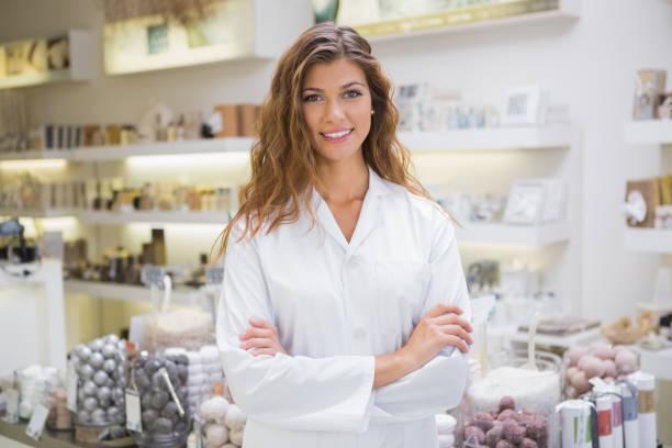 porträt von lächelnden kosmetikerin - drogerie stock-fotos und bilder
