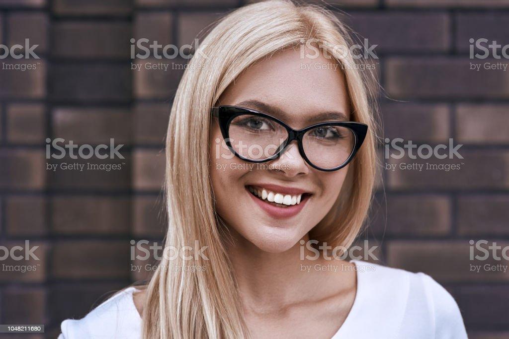 Retrato De Un Sonriente Mujer Sexy En La Playa Foto de