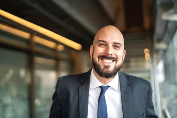 Retrato de hombre de negocios sonriendo - foto de stock