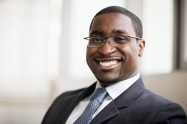 Porträt von lächelnd Geschäftsmann in Gläsern, Kopf und Schultern – Foto