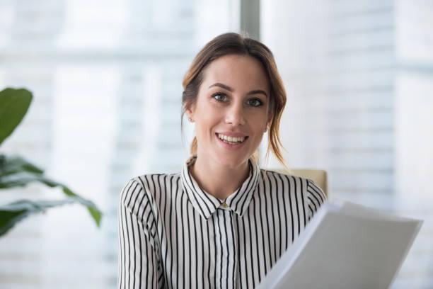 porträtt av leende affärskvinna tittar på kameran poserar - video call bildbanksfoton och bilder