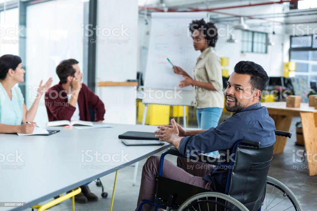 Porträt des Lächelns behinderten Geschäftsmann im Rollstuhl am meeting – Foto
