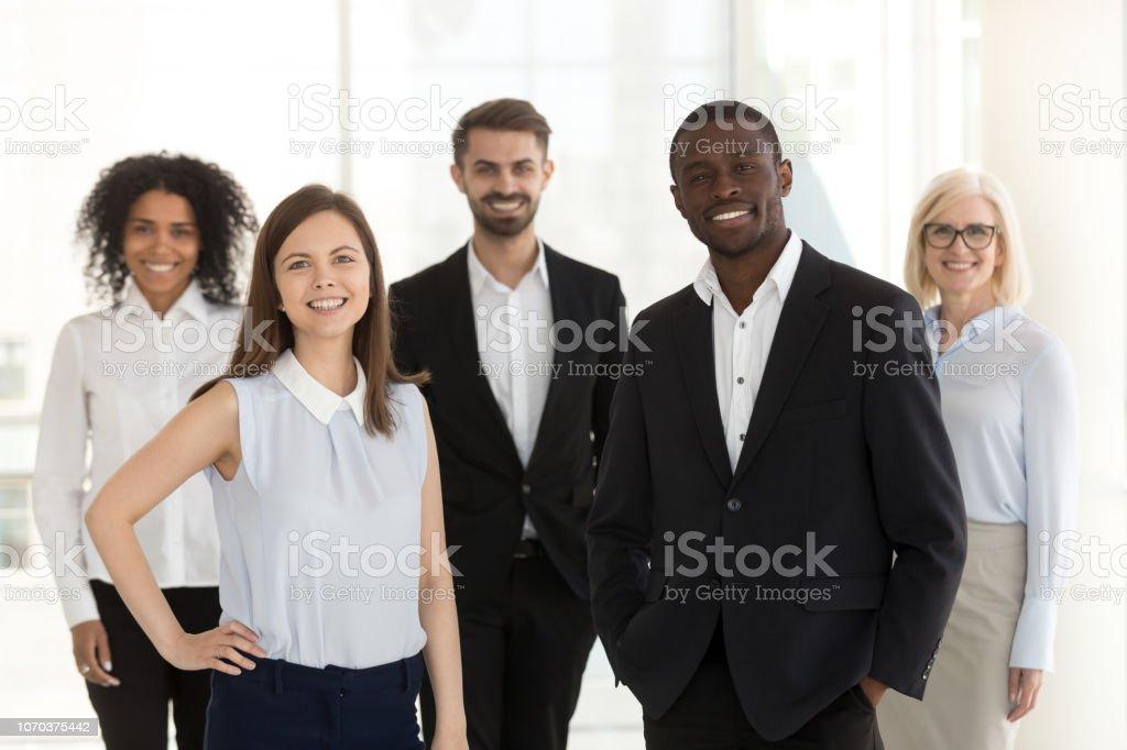 Porträt des Lächelns vielfältige arbeiten Team stehend posiert im Büro – Foto