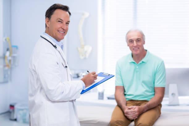 retrato de sorrindo doutor e paciente sênior - ortopedia - fotografias e filmes do acervo