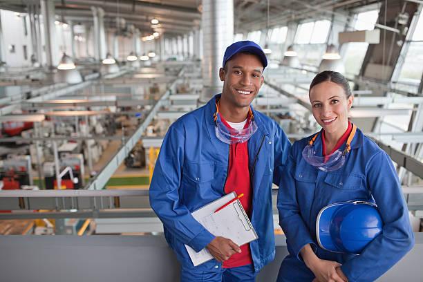 Porträt eines lächelnden Fabrik Arbeiter – Foto