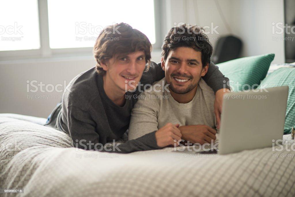 Retrato de sonriente pareja gay. - Foto de stock de 30-39 años libre de derechos
