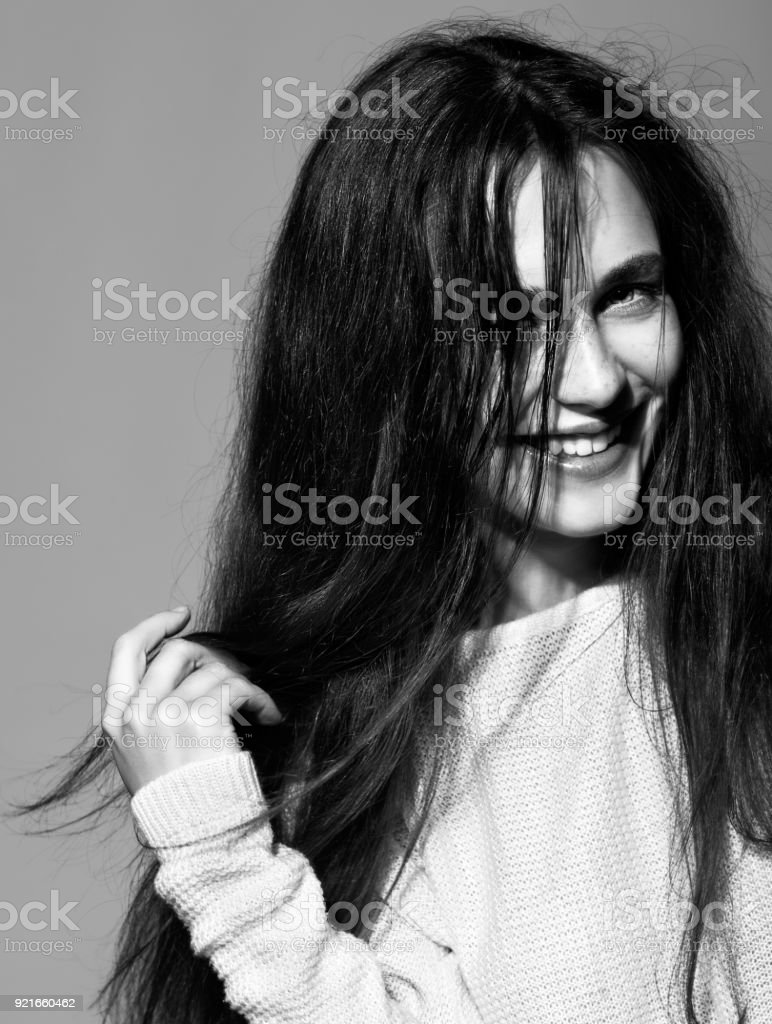 Porträt des Lächelns glückliche junge Brünette Frau Porträt im