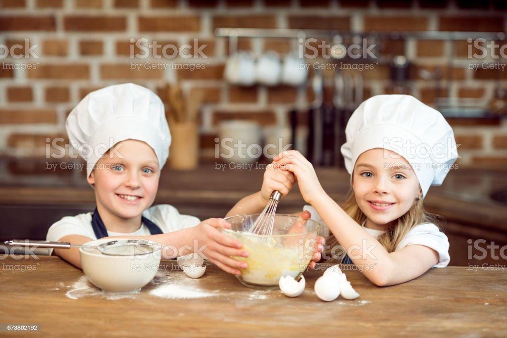 chef şapka çerez hamur yapma çocuklarda gülümseyen portresi royalty-free stock photo