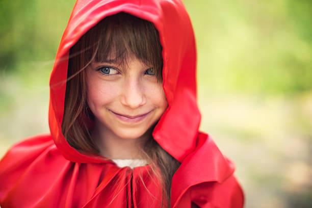 porträt eines lächelnden rotkäppchen - rotkäppchen kostüm stock-fotos und bilder