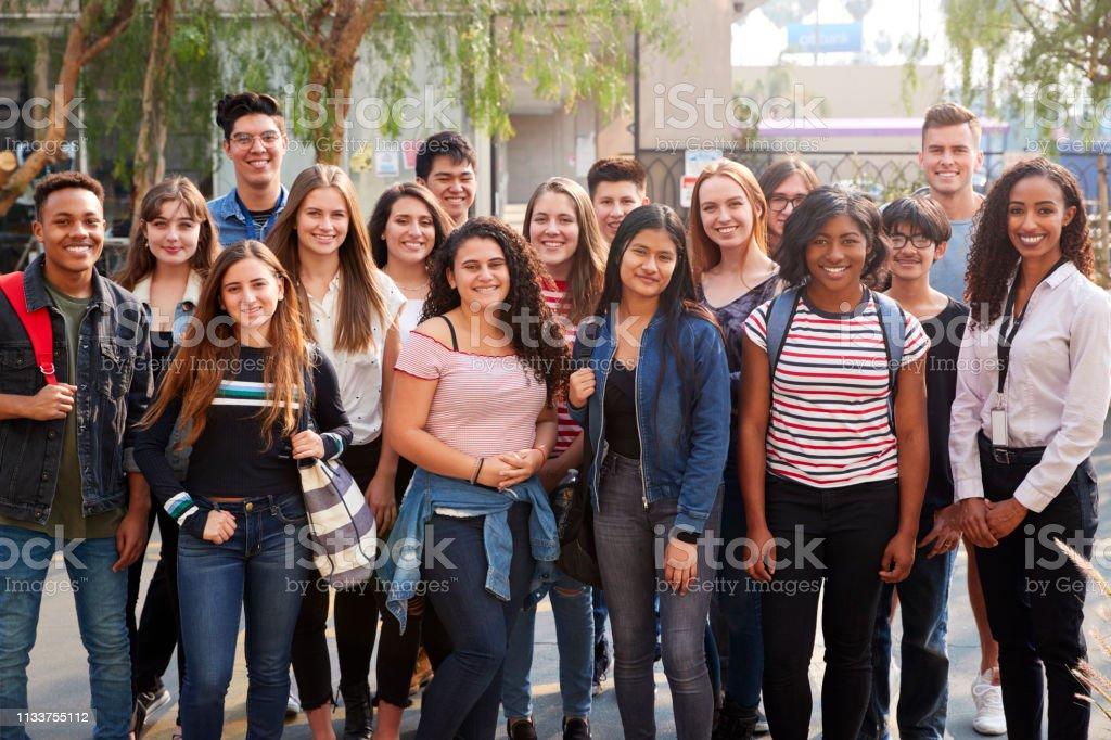 Okul binası dışında öğretmenler Ile gülümseyen erkek ve kadın kolej öğrencileri portresi - Royalty-free 13 - 19 Yaş arası Stok görsel