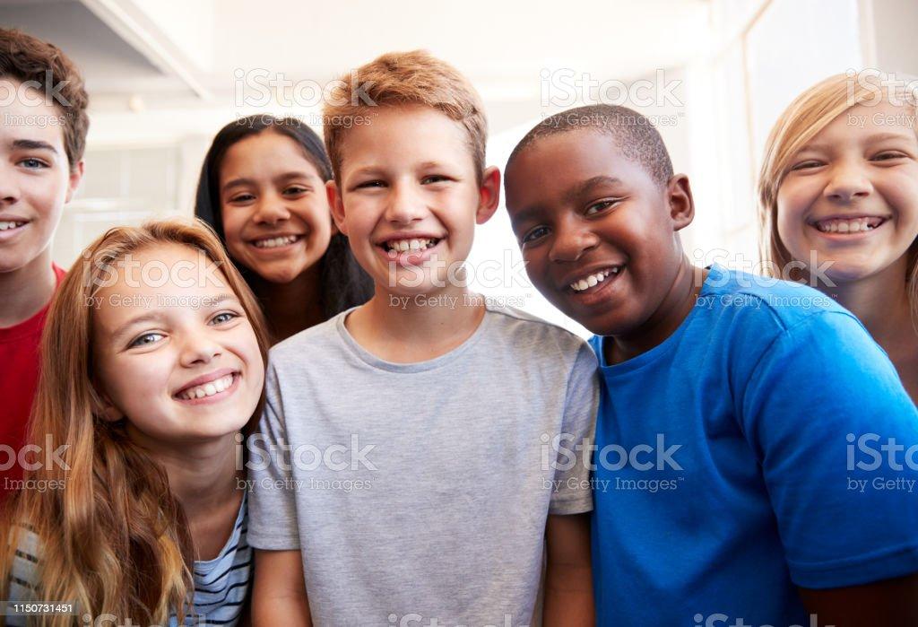 학년 학교 교실에서 웃는 남성과 여성의 학생의 초상화 - 로열티 프리 10-11세 스톡 사진