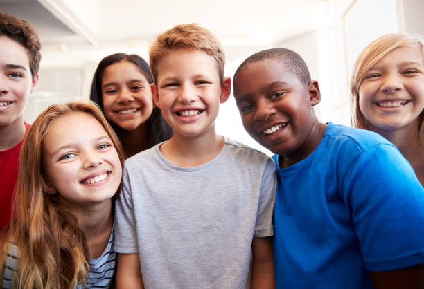 ritratto di studenti maschi e femmine sorridenti in classe di scuola elementare - bambino foto e immagini stock