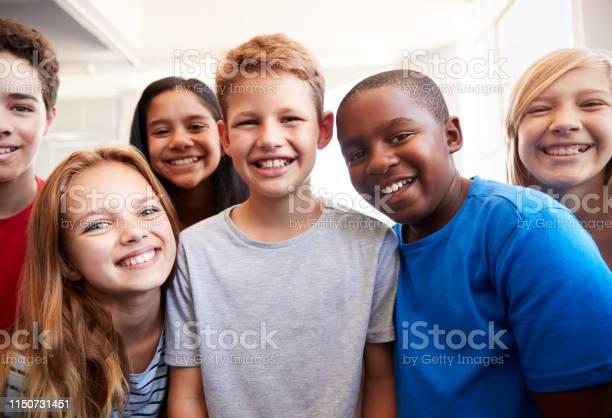 Porträt Von Smiling Male Und Weibliche Schüler In Klasse Der Klasse Stockfoto und mehr Bilder von Kind