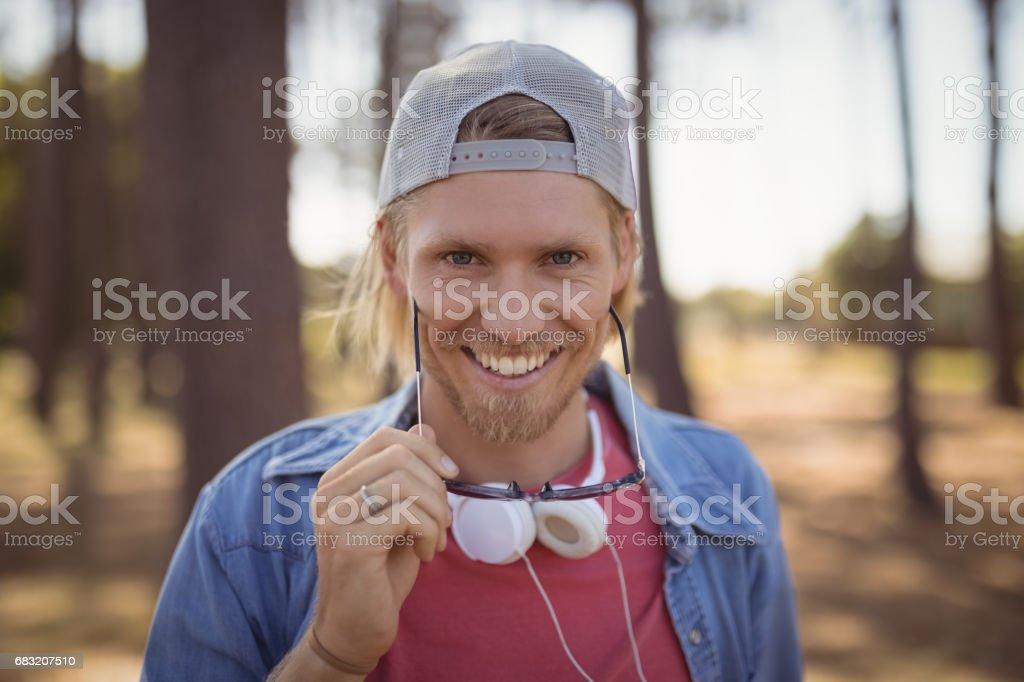 サングラスを持って笑みを浮かべて男の肖像 ロイヤリティフリーストックフォト