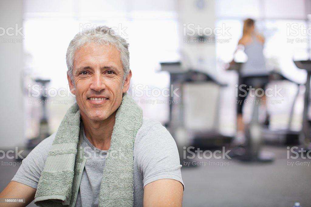 Retrato de hombre sonriendo en el gimnasio - foto de stock