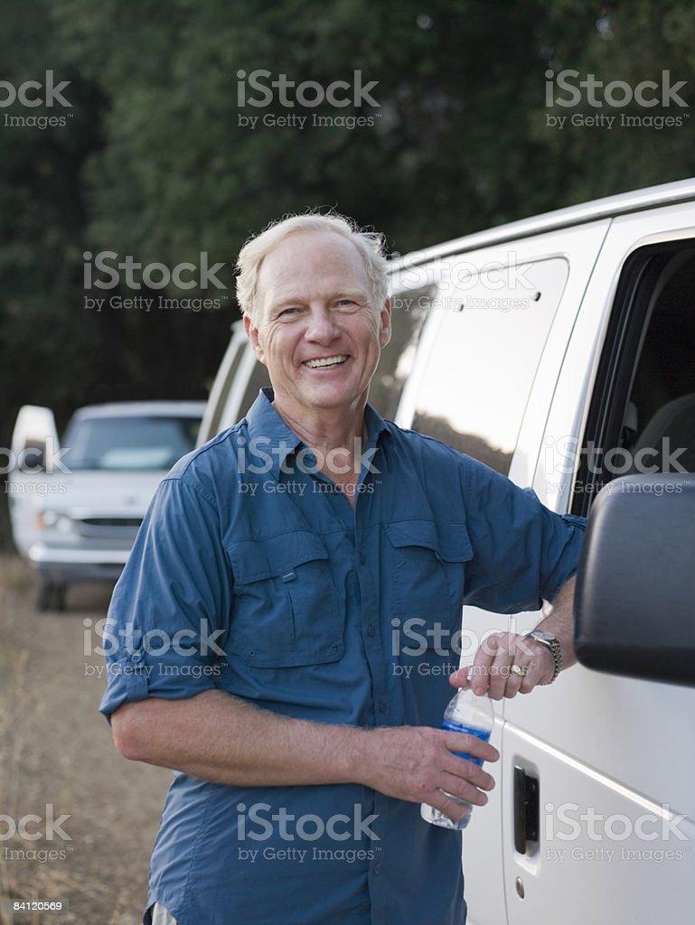 Ritratto di uomo sorridente accanto a una van foto stock royalty-free