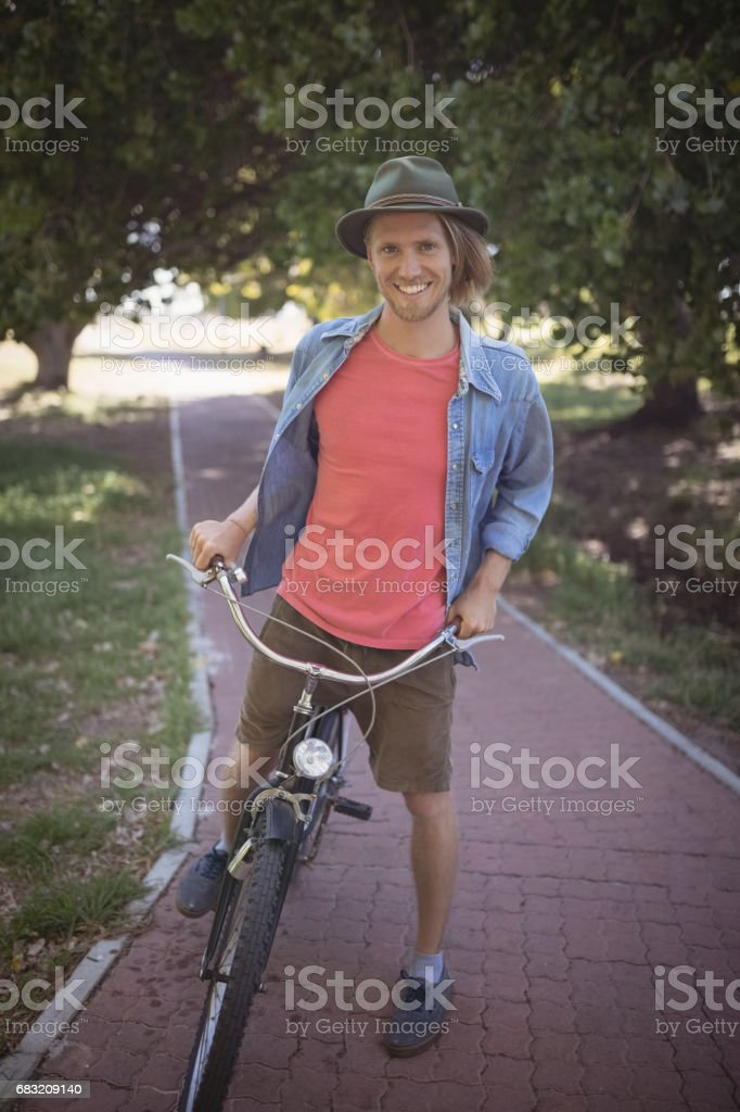 남자 자전거와 미소의 초상화 royalty-free 스톡 사진