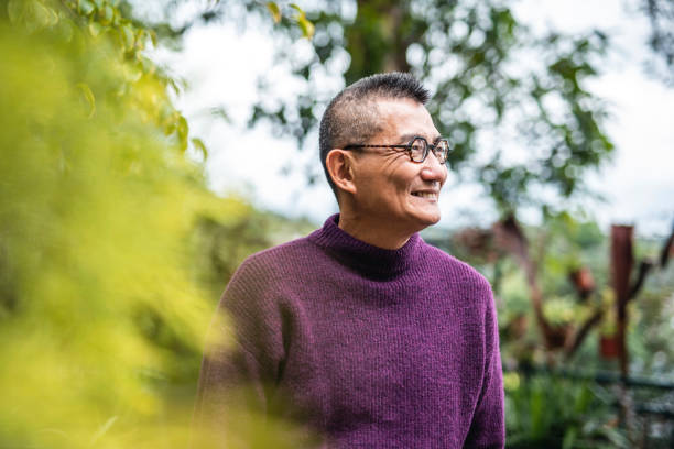Porträt von lächelnden reifen chinesischen Mann im Outdoor-Setting – Foto
