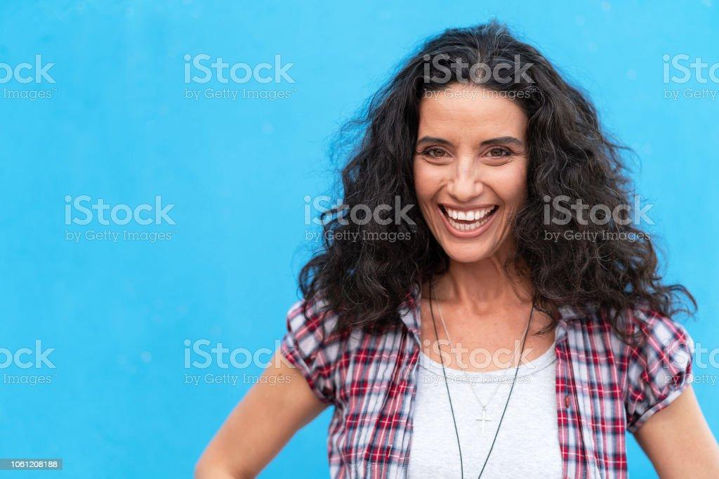 Porträt des Lächelns reifer Frauen auf blauem Hintergrund – Foto