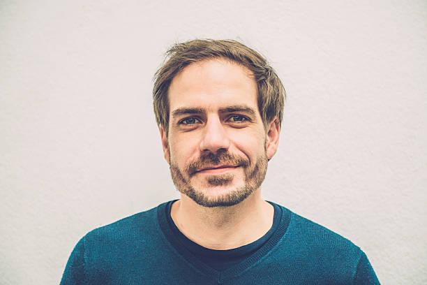 retrato de sorrindo meio adulto homem com barba, paris, a europa - 35 39 anos - fotografias e filmes do acervo
